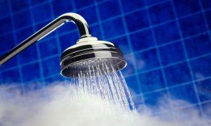 الاستحمام بالماء الساخن من أسباب جفاف البشرة